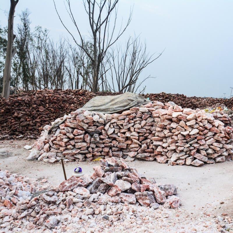 Stapel van de ruwe brokken van het rotszout stock afbeelding