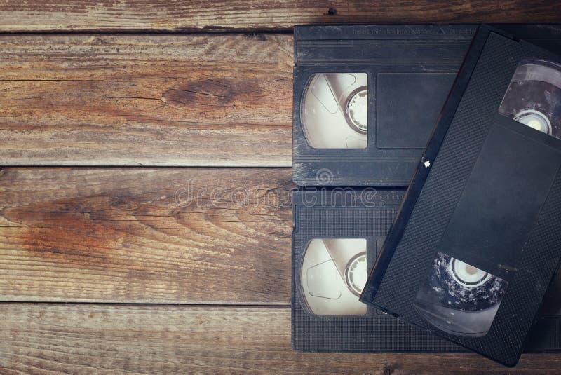 Stapel van de videobandcassette van VHS over houten achtergrond Hoogste meningsfoto Retro Beeld van de Stijl royalty-vrije stock fotografie