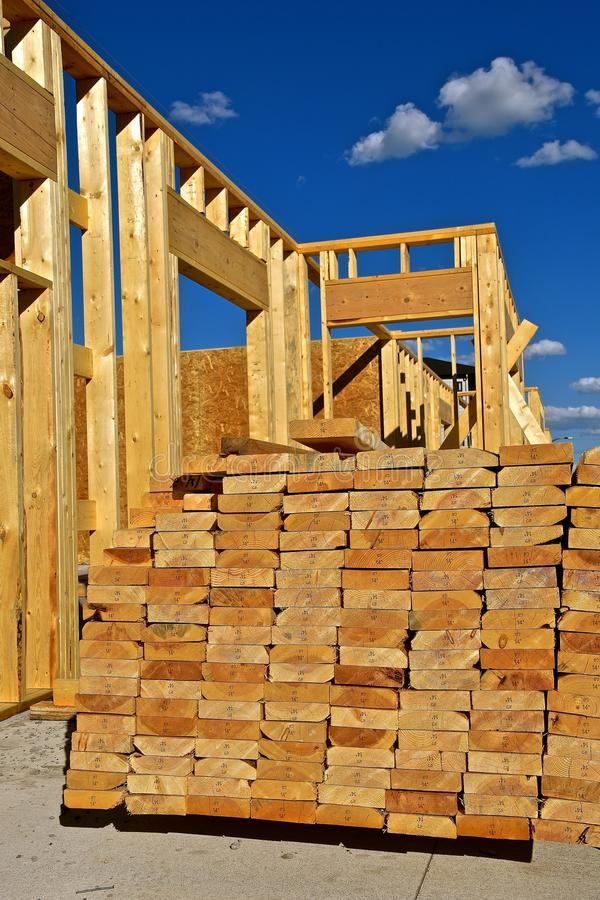 Stapel van 2 ` x 8 ` dimensionaal timmerhout voor bouw stock foto