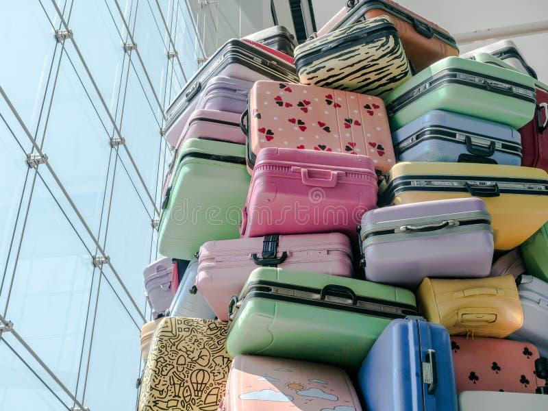 Stapel van diverse kleurrijke stijlen van koffers, stock fotografie
