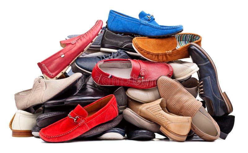 Stapel van diverse mensenschoenen, met het knippen van weg stock afbeelding