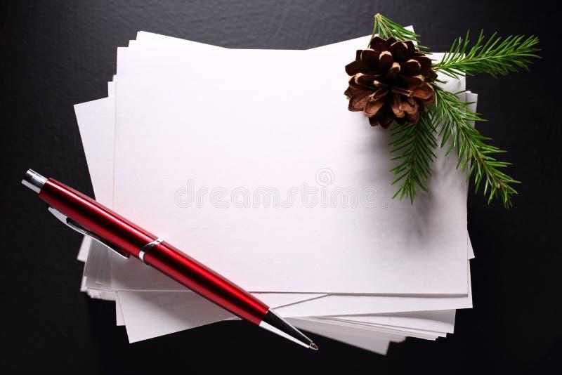 Stapel van document kaarten en takje stock foto