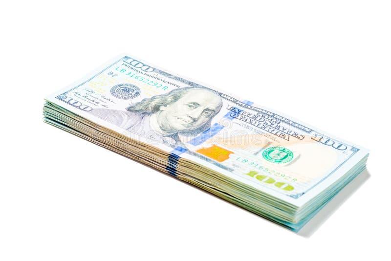 Stapel van 100 dollar rekeningen die op witte achtergrond worden opgestapeld stock foto