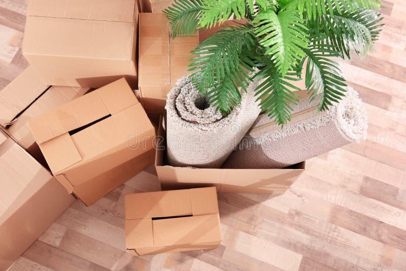 Stapel van dozen voor zich het bewegen royalty-vrije stock foto
