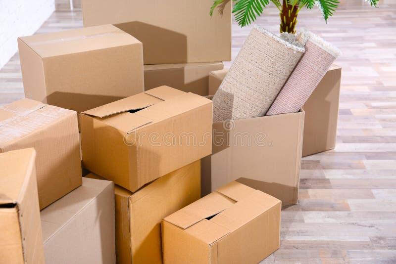 Stapel van dozen voor zich het bewegen royalty-vrije stock afbeeldingen
