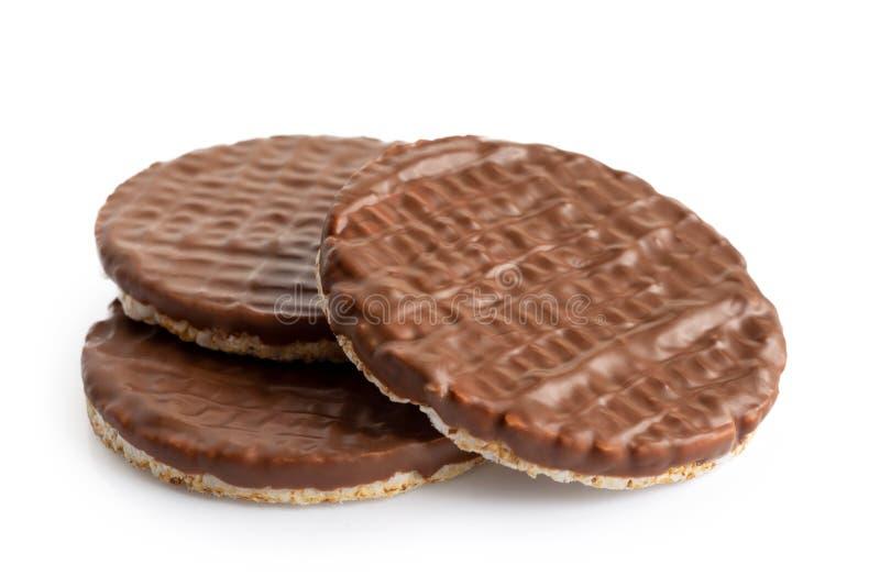 Stapel van drie die cakes van de chocoladerijst op wit worden geïsoleerd stock fotografie