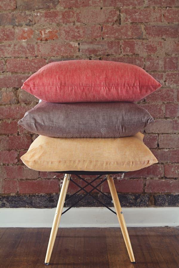 Stapel van drie linnenkussens op stoel royalty-vrije stock foto's