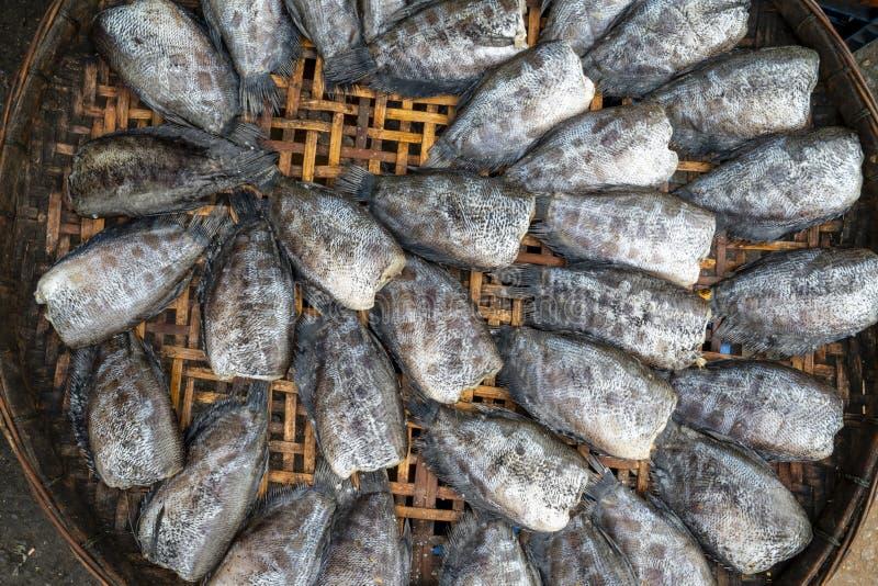 Stapel van droge die snakeskingourami op bamboedienblad bij een lokale markt wordt getoond royalty-vrije stock foto's