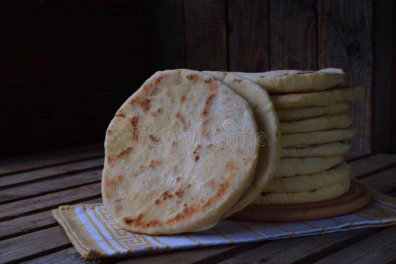 Stapel van eigengemaakt vlak brood op een houten achtergrond Mexicaanse flatbreadtaco Indische Naan Ruimte voor tekst royalty-vrije stock fotografie