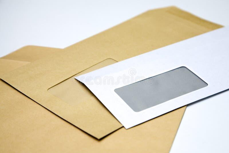 Stapel van enveloppen op wit stock afbeeldingen