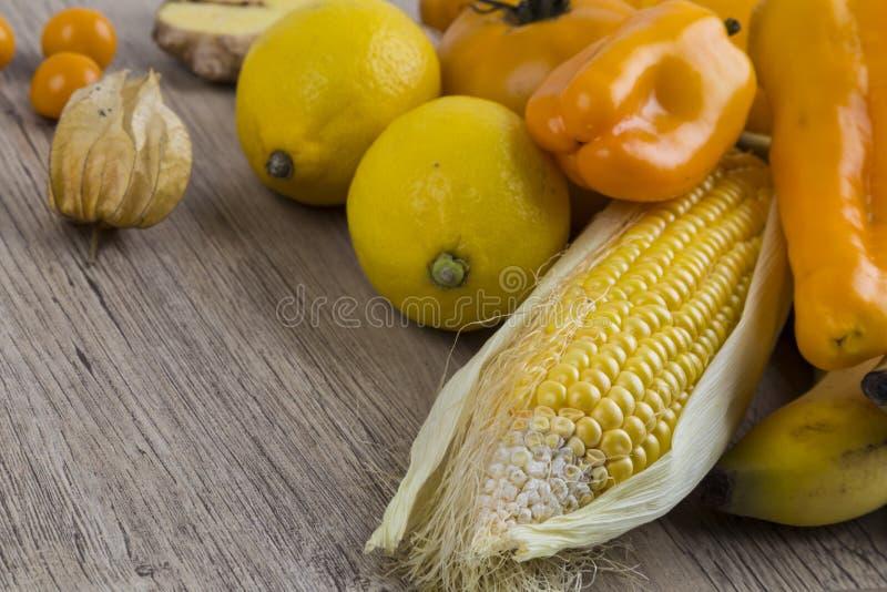 Stapel van geel en oranje fruit stock fotografie