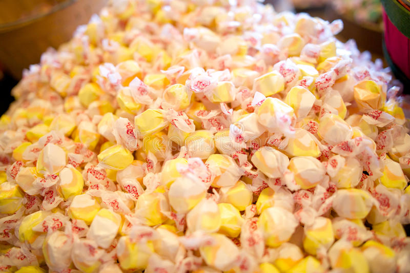 Stapel van geel zout water taffy suikergoed, kleuren stock foto