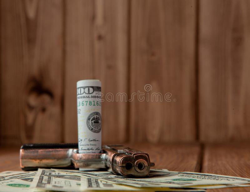 Stapel van Geld, drugsand een kanon op een houten lijst, concept over gevaar en bedreiging van de drug royalty-vrije stock foto's