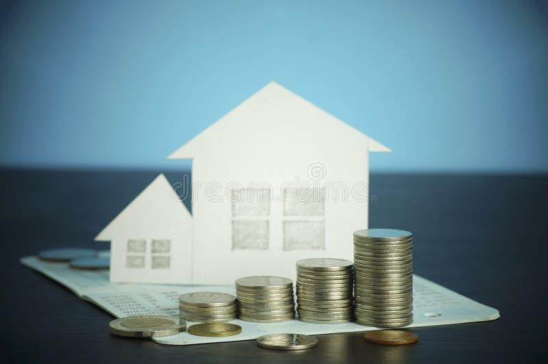 stapel van geld, muntstukken, concept in zaken over lening, het verkopen, financiën en kopend huis, huis die groeien stock afbeeldingen