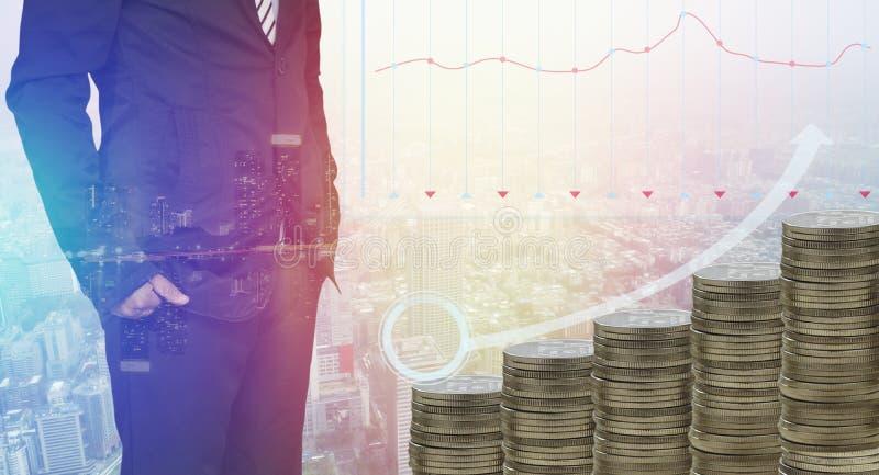Stapel van geldmuntstukken die met slimme zakenman status groeien stock afbeelding