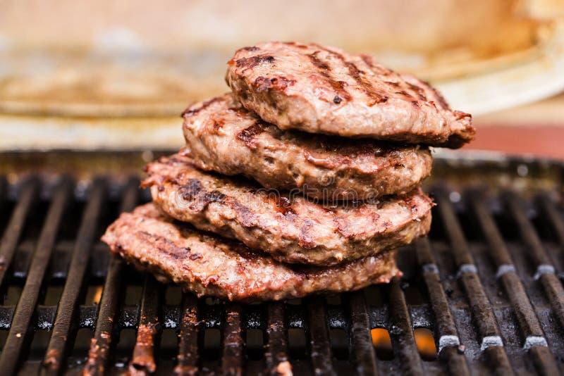 Stapel van geroosterde rundergehaktpasteitjes op BBQ stock afbeelding