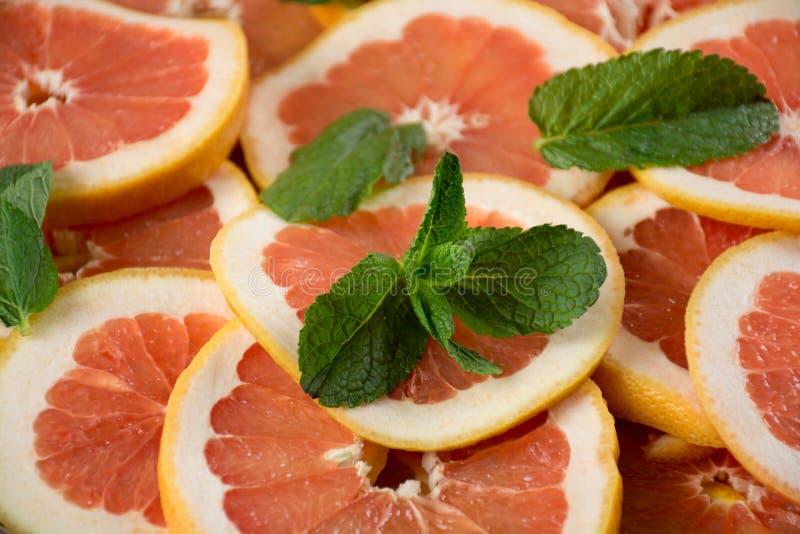 Stapel van gesneden grapefruit royalty-vrije stock foto's