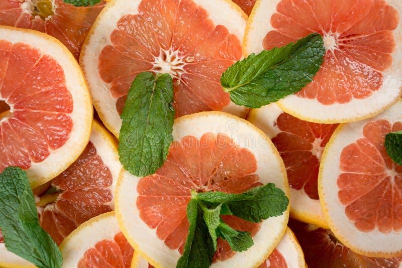 Stapel van gesneden grapefruit royalty-vrije stock afbeelding