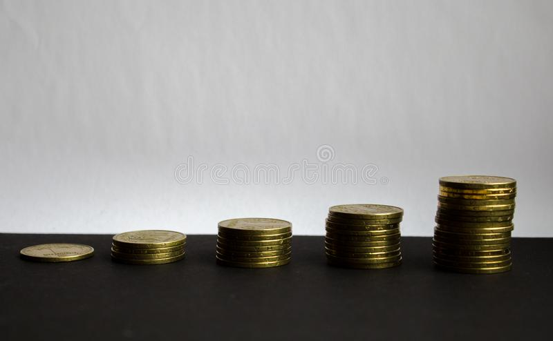 Stapel van gouden muntstukken op witte achtergrond royalty-vrije stock afbeeldingen