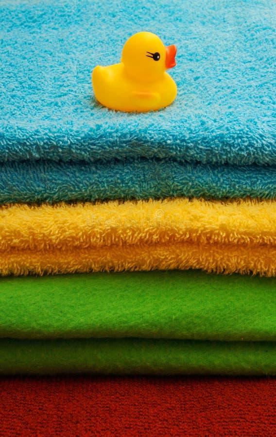 Stapel van handdoeken met een eendje stock afbeelding