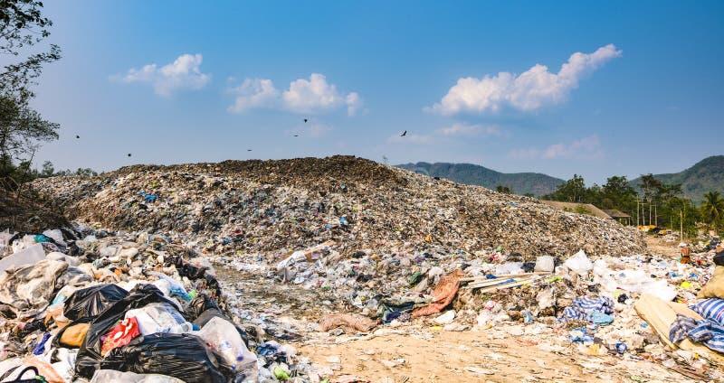 Stapel van het berg stinken de grote huisvuil en de verontreiniging, Stapel van en giftig residu stock afbeeldingen