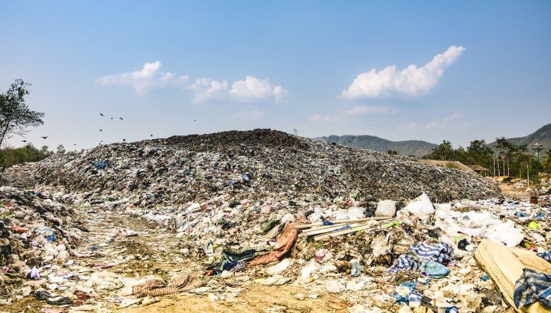 Stapel van het berg stinken de grote huisvuil en de verontreiniging, Stapel van en giftig residu royalty-vrije stock afbeeldingen