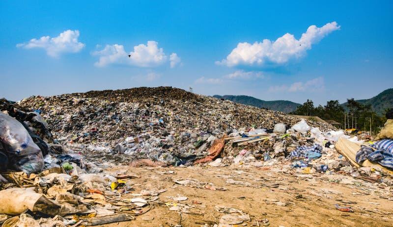 Stapel van het berg stinken de grote huisvuil en de verontreiniging, Stapel van en giftig residu stock foto's