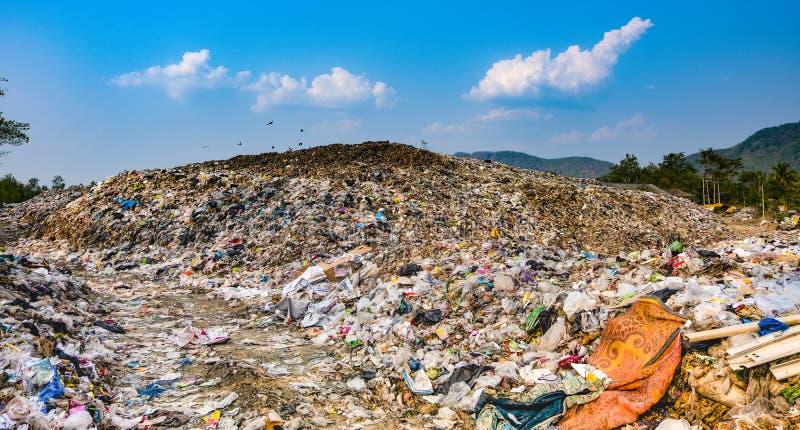 Stapel van het berg stinken de grote huisvuil en de verontreiniging, Stapel van en giftig residu stock foto