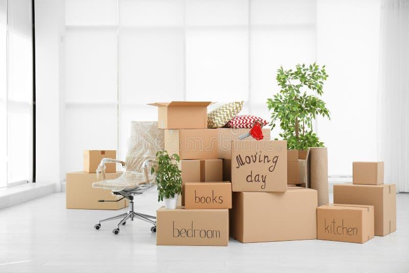 Stapel van het bewegen van dozen in ruimte stock foto
