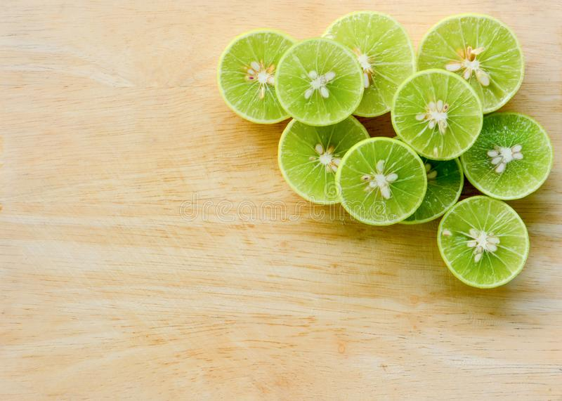 Stapel van het snijden van de verse vruchten van de citroenkalk op houten hakbordachtergrond stock foto