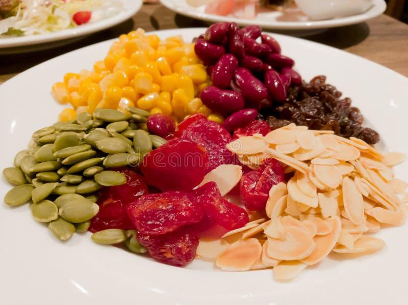Stapel van het stoom gele graan, de rode boon, het zonnebloemzaad, de amandel, de rozijn en de zoete droge jujube, de salade en h stock afbeeldingen