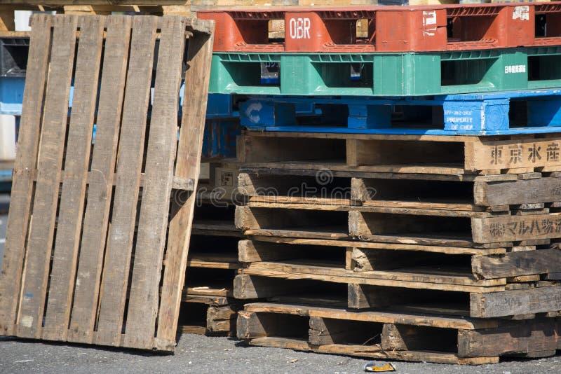 Stapel van houten pallets stock afbeeldingen