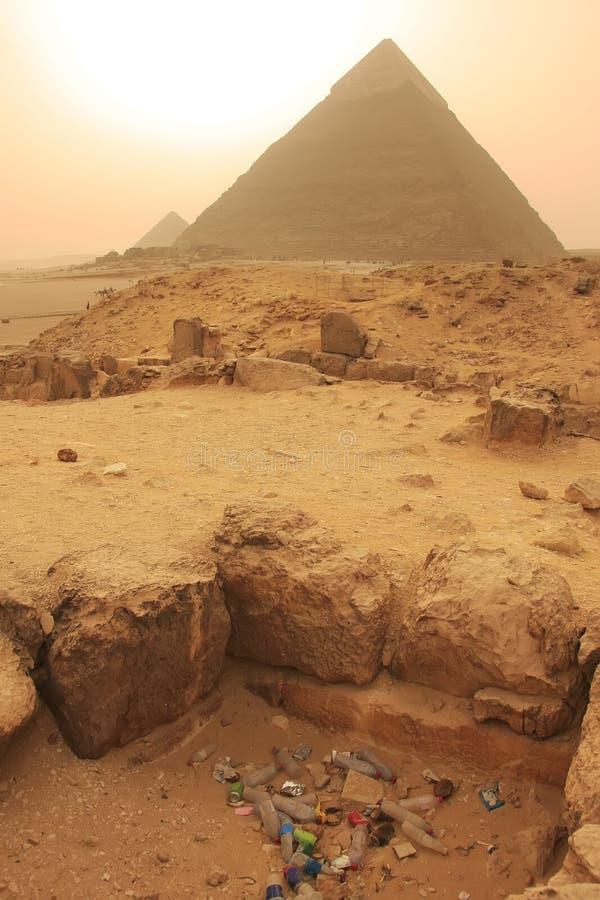 Stapel van huisvuil dichtbij Piramide van Khafre, Kaïro stock afbeelding