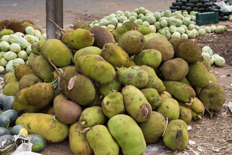Stapel van jackfruit bij een Indische markt stock foto