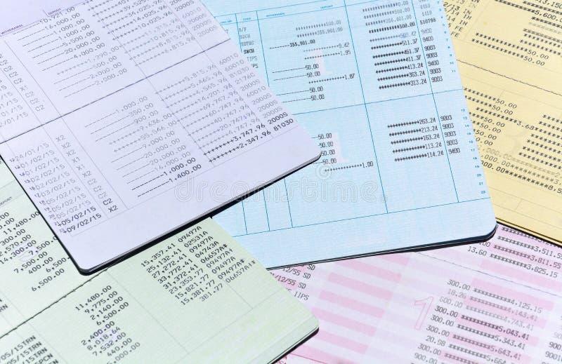 Stapel van kleurrijk bankrekeningsbankboekje voor achtergrond, rekenings en besparingsconcept royalty-vrije stock afbeeldingen