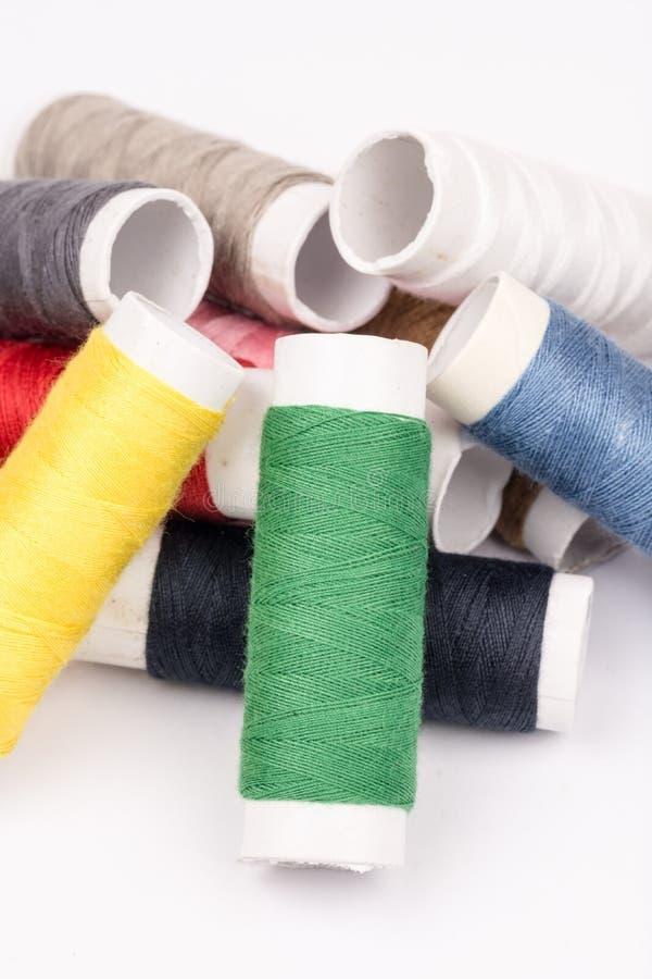 Stapel van kleurrijke draden over witte achtergrond stock foto