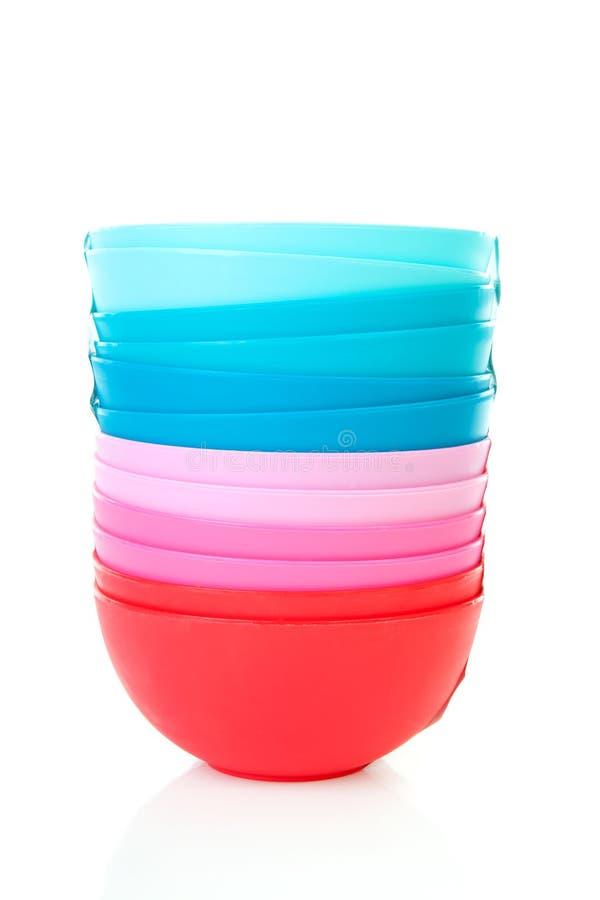 Stapel van kleurrijke plastic kommen royalty-vrije stock afbeelding