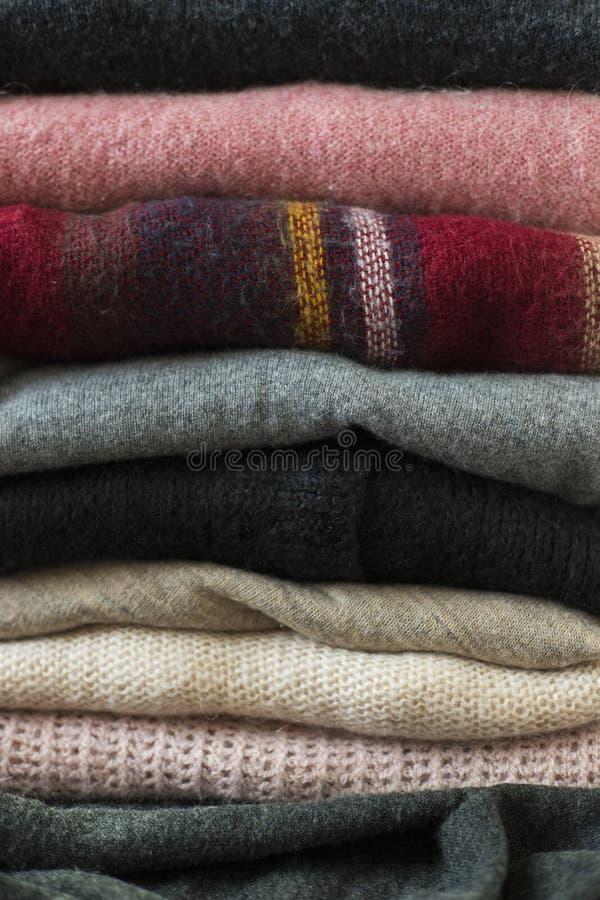 Stapel van kleurrijke sweatersachtergrond royalty-vrije stock afbeelding