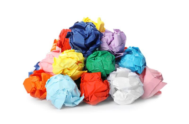 Stapel van kleurrijke verfrommelde geïsoleerde bladen van document royalty-vrije stock fotografie