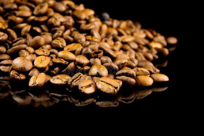 Stapel van koffiebonen stock foto's