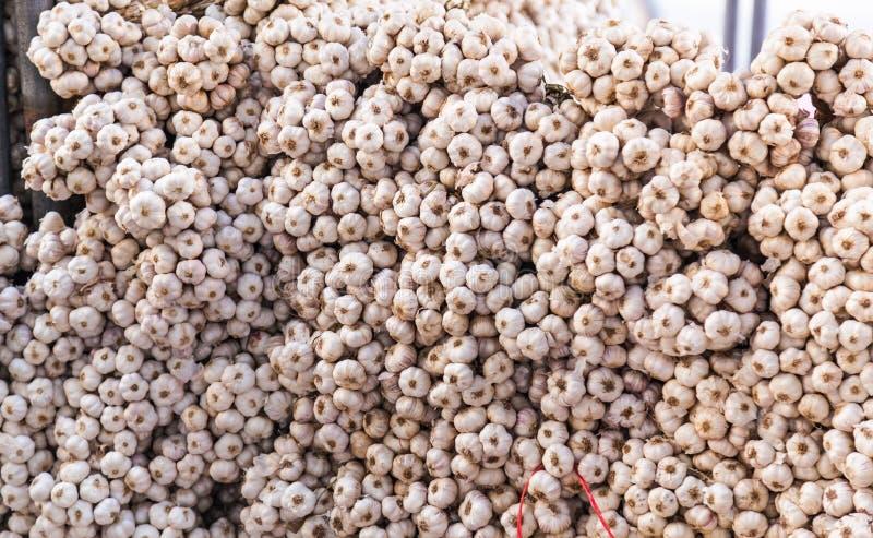 Stapel van Koorden van Knoflookbollen in Voedselmarktkramen De knoflookbol uit kruidnagels met scherpe smaak wordt samengesteld e stock afbeeldingen