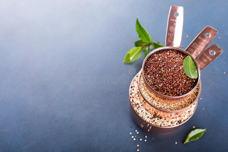 Stapel van koper drie die koppen met gemengde ruwe quinoa meten royalty-vrije stock fotografie