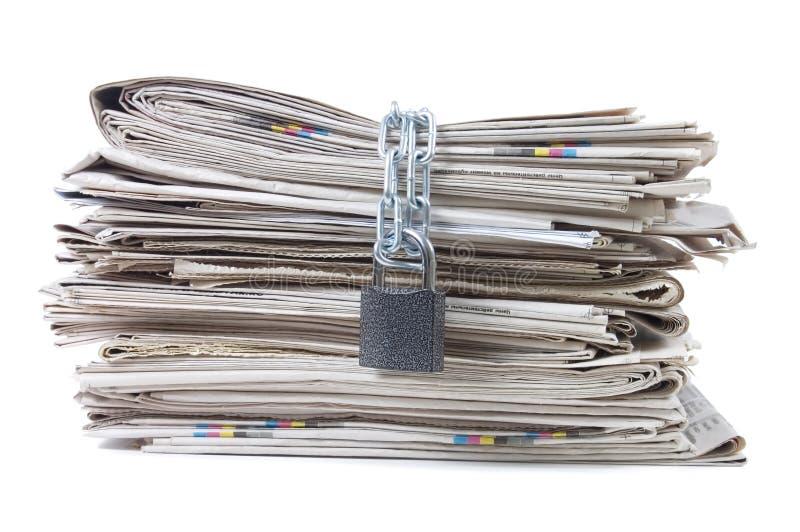 Stapel van kranten met kettingen stock foto's