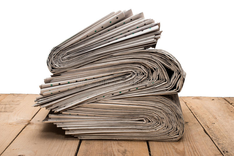 Stapel van kranten op een houten lijst royalty-vrije stock foto