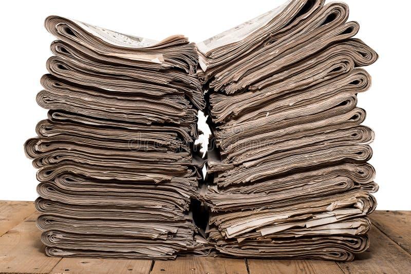 Stapel van kranten op witte achtergrond royalty-vrije stock foto's