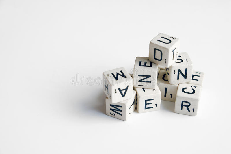 Stapel van kubussen met letters en getallen op wit stock foto's