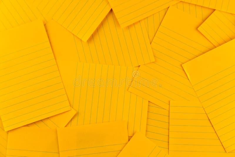 Stapel van leeg rechthoekig document oranje bladpatroon als achtergrond, hoogste mening met exemplaarruimte stock afbeeldingen