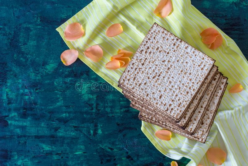 Stapel van matzah of matza op een houten lijst royalty-vrije stock afbeeldingen