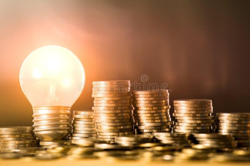 Stapel van muntstukken en gloeilamp voor het concept van het besparingsgeld, Creatieve ideeën van bedrijfs planning, succes in de stock foto's