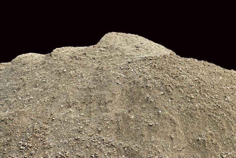 Stapel van natuurlijk ongecontroleerd vuil met kleine ingebedde kiezelstenen en stenen - geïsoleerd op een zwarte achtergrond stock afbeelding